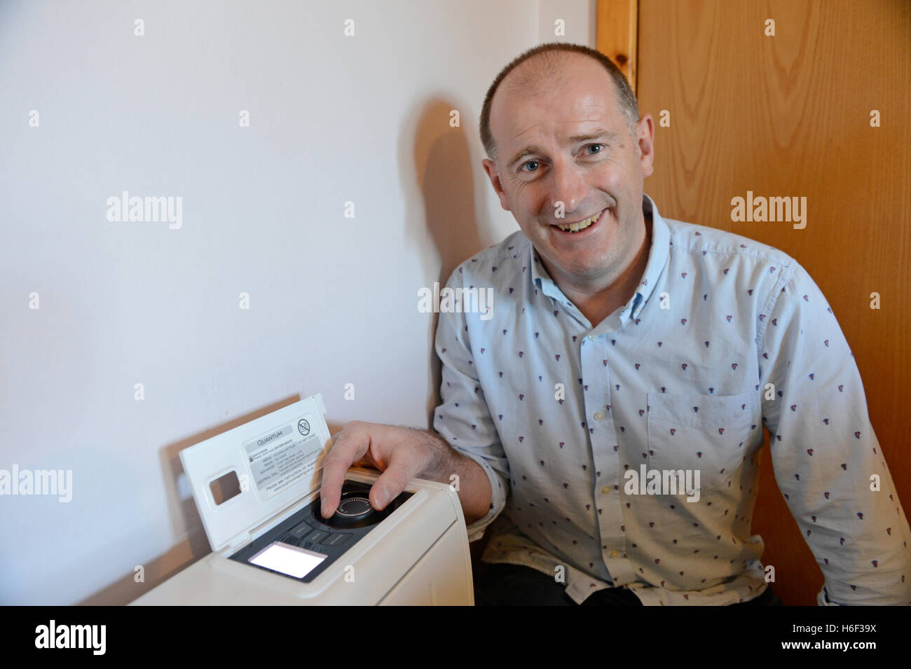 Nuit Dimplex accumulateurs de chaleur et d'eau chaude dans des logements privés de sauvegarde système Photo Stock