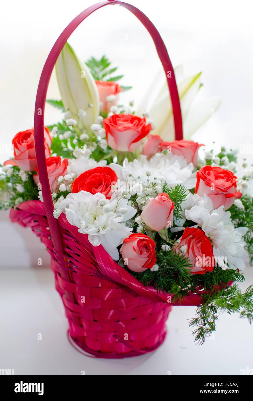 Un Bouquet Un Cadeau Une Maison De Vacances Une Plante Anniversaire Belle Anniversaire Chrysanthemes Flore Fleurs Lys Roses Photo Stock Alamy