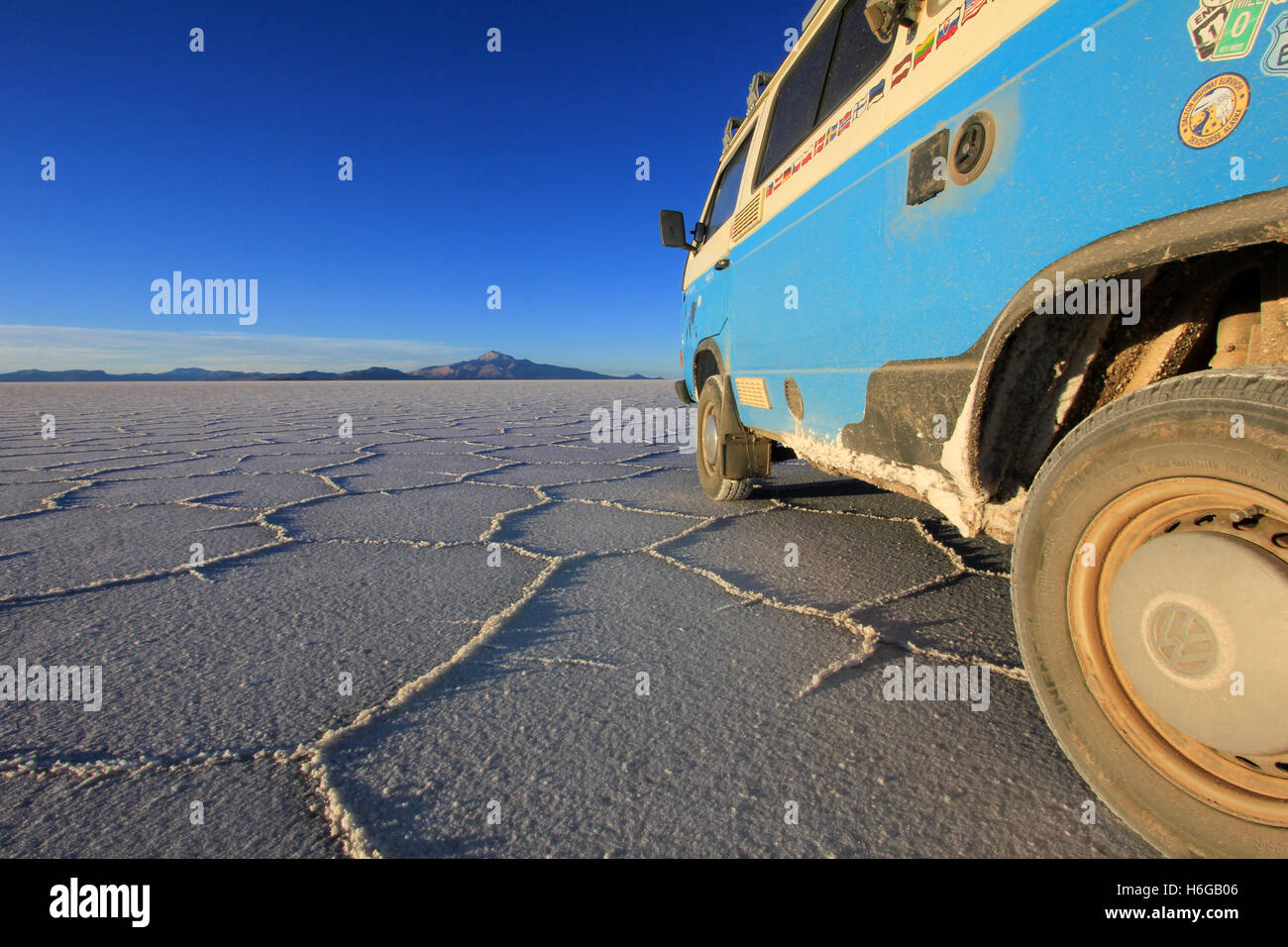 Van sur Salar de Uyuni, Bolivie, salt lake Photo Stock