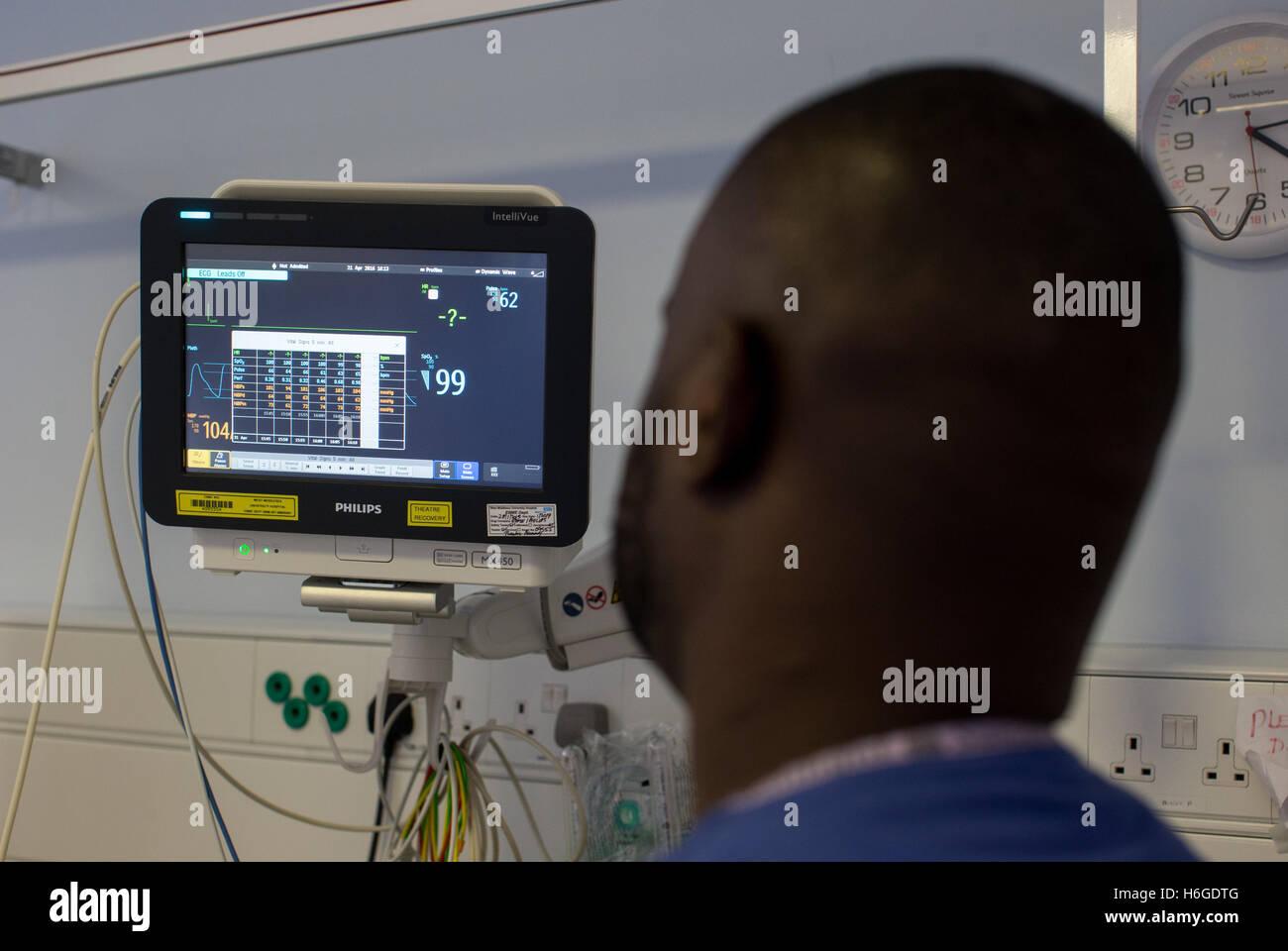 Un anesthésiste vérifie les données sur l'écran au cours d'une opération Photo Stock