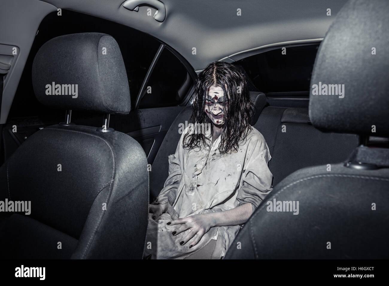 zombie horreur femme avec face sanglante dans la voiture - Zombie Voiture