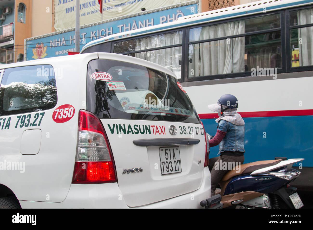 Divers modes de transport à Saigon, bus, taxi et scooter, Vietnam,Asia Photo Stock