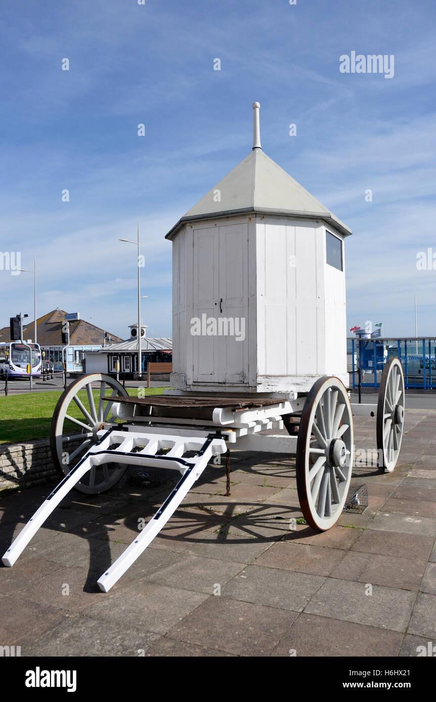 Full Size replica bains de mer - machine utilisée par George 111 - plein soleil - blue sky - front de mer de Photo Stock