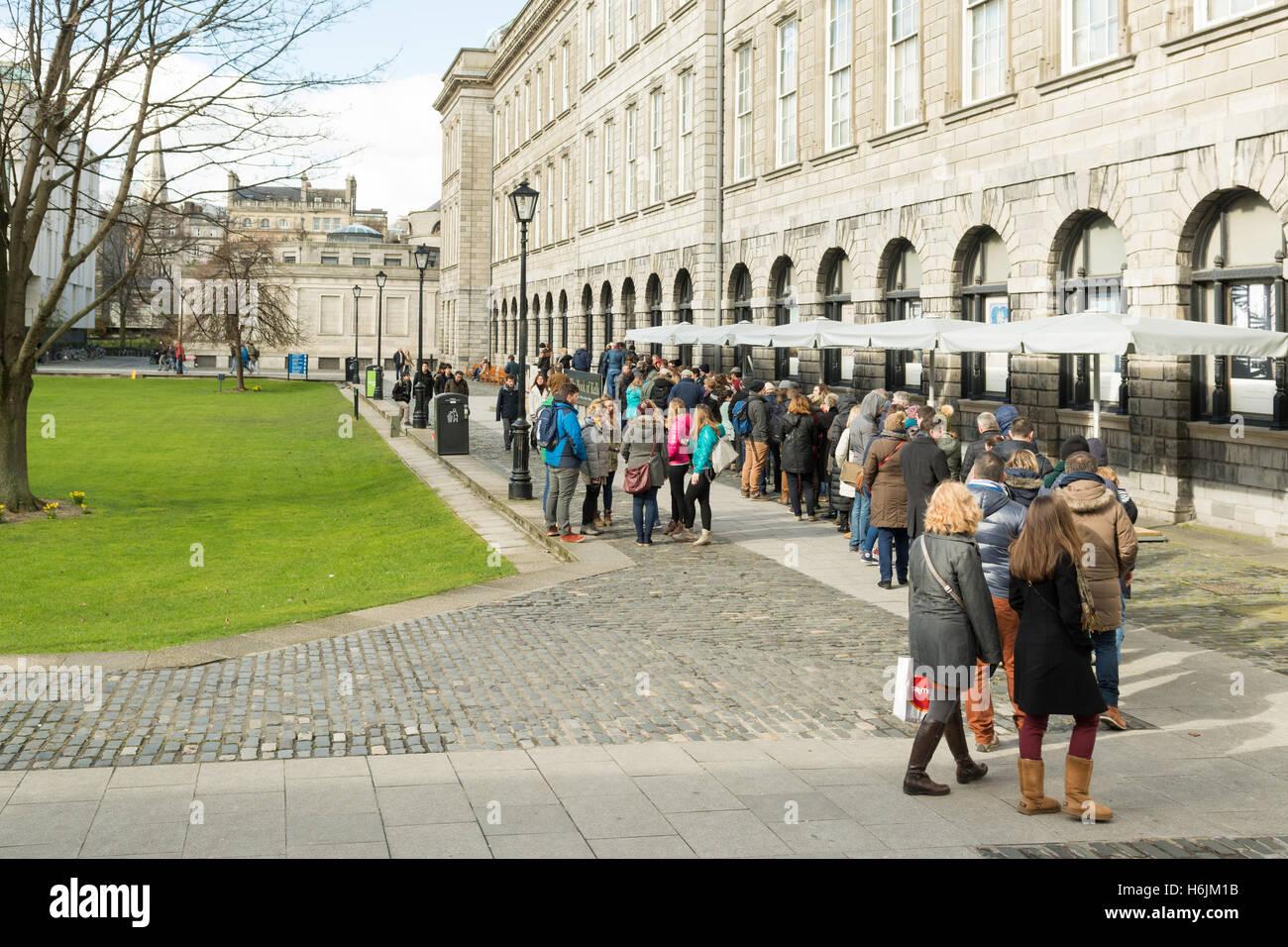 Livre de Kells - file d'attente de l'exposition des personnes à l'extérieur de l'ancienne Photo Stock