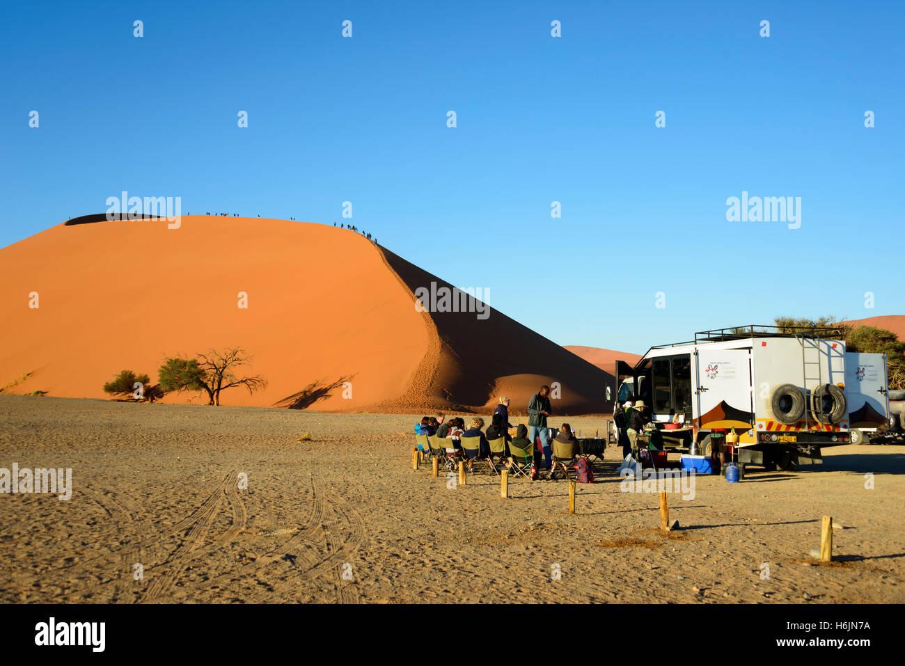 Dune 45 avec safari touristes à Namib-Naukluft National Park dans le désert du Namib, Namibie Photo Stock