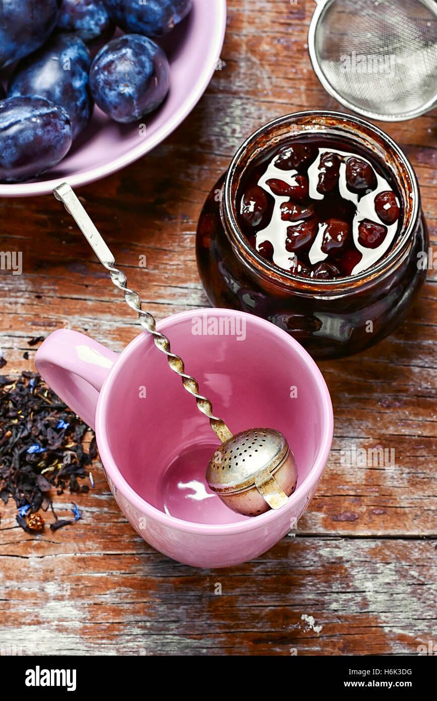 Bourrage de la récolte des prunes d'automne pour le thé Photo Stock