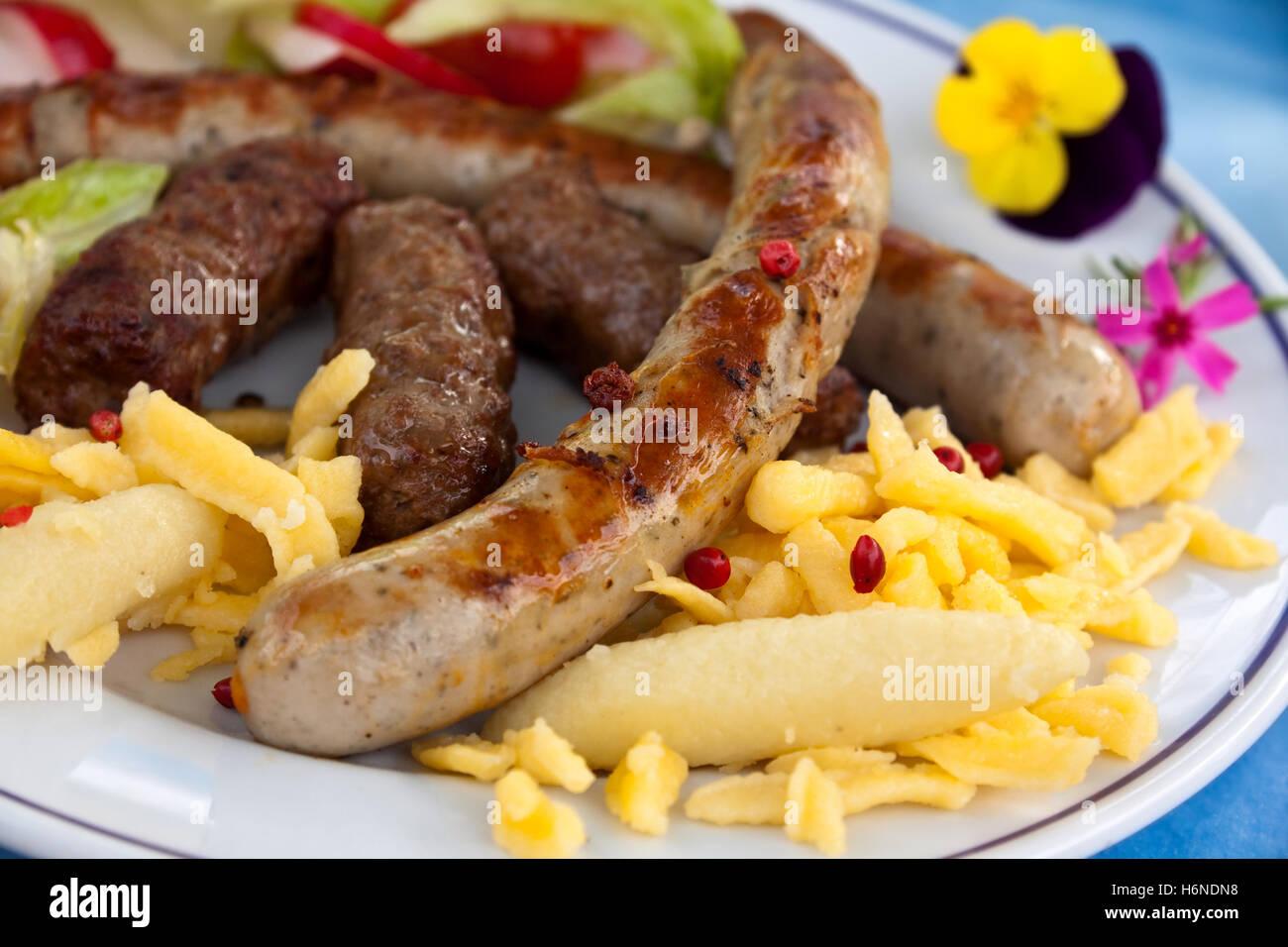 Salade de pâtes avec saucisse, Photo Stock