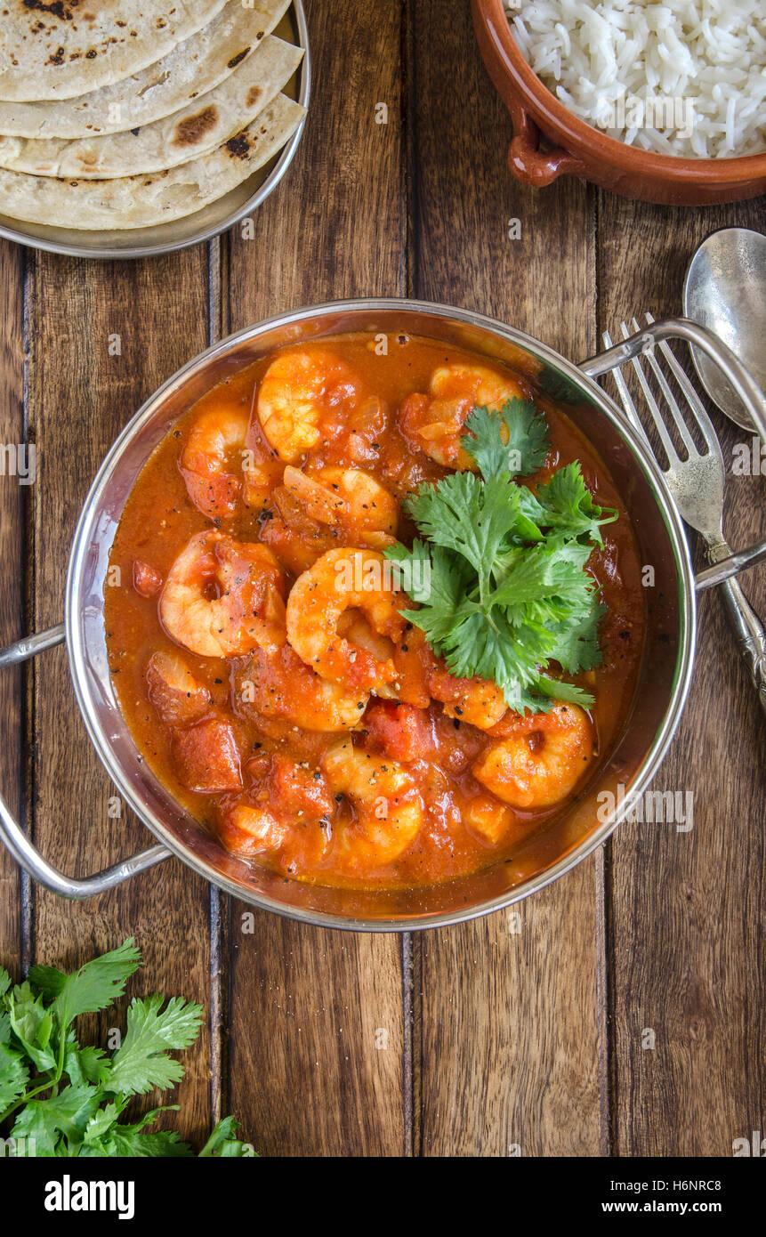 Gambas au curry indien avec du riz et des chapatis Photo Stock