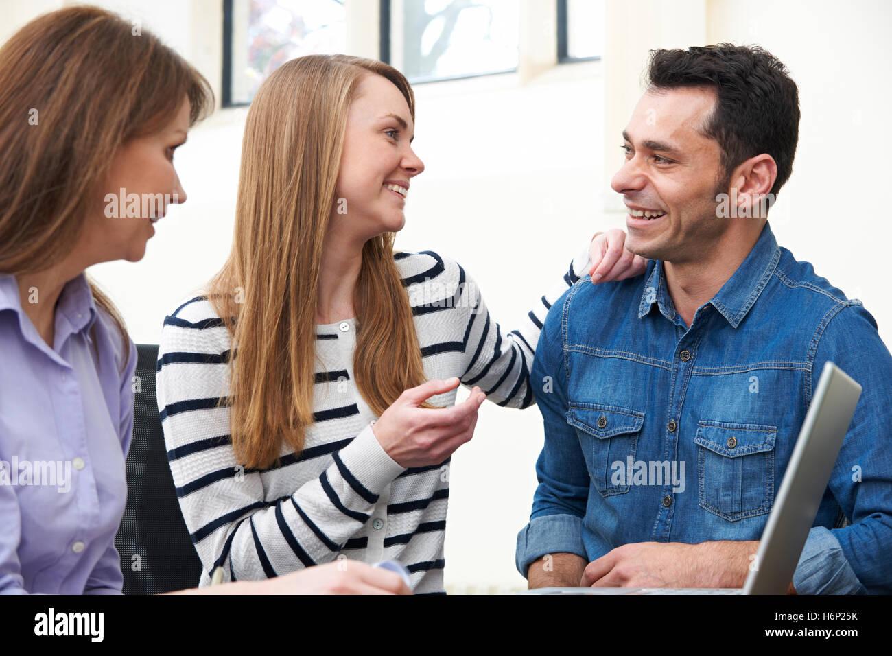 Rencontre avec couple conseiller financier à l'Office de Tourisme Banque D'Images