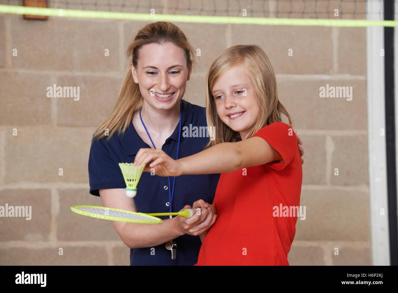 Professeur donnerait élève Leçon de badminton féminin Photo Stock