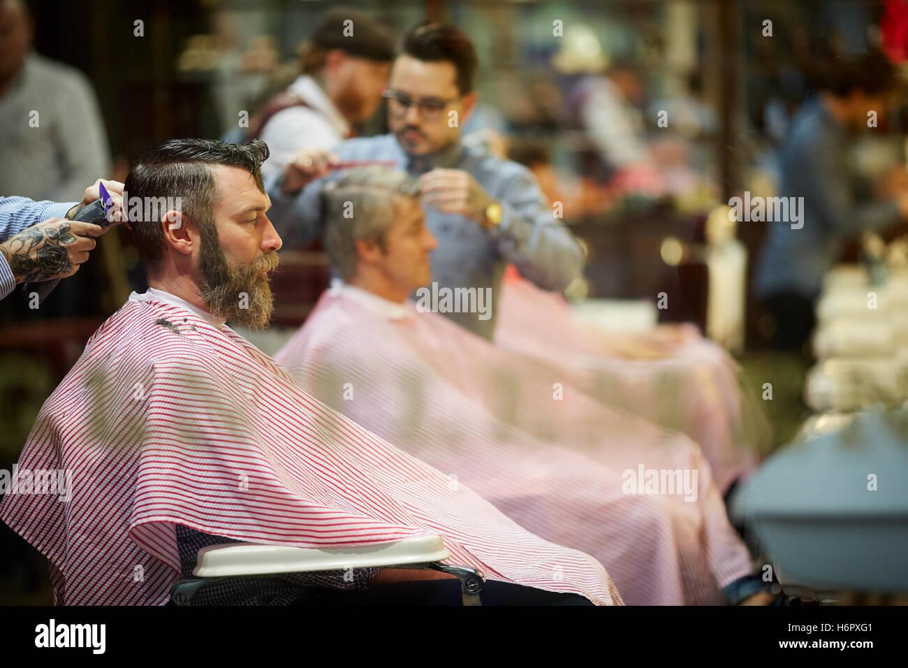 Messieurs barbier coiffeur mâle toilettage rue animée boutiques shopping magasin de détail au détail Photo Stock