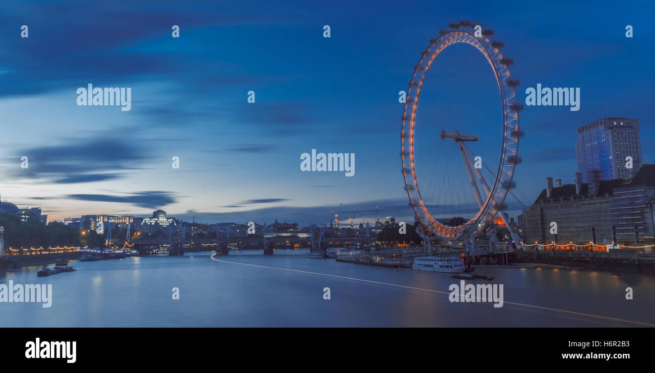 La célèbre grande roue London Eye sur une soirée d'été bleu jusqu'à la rivière Photo Stock