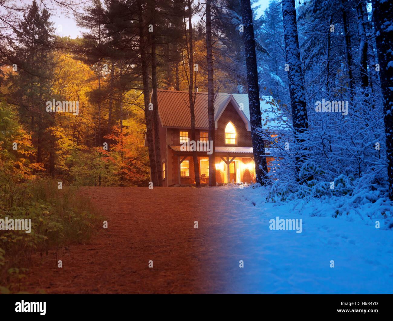 Concept artistique d'une maison de campagne entre automne et hiver neige colorés seasons dans une belle Photo Stock