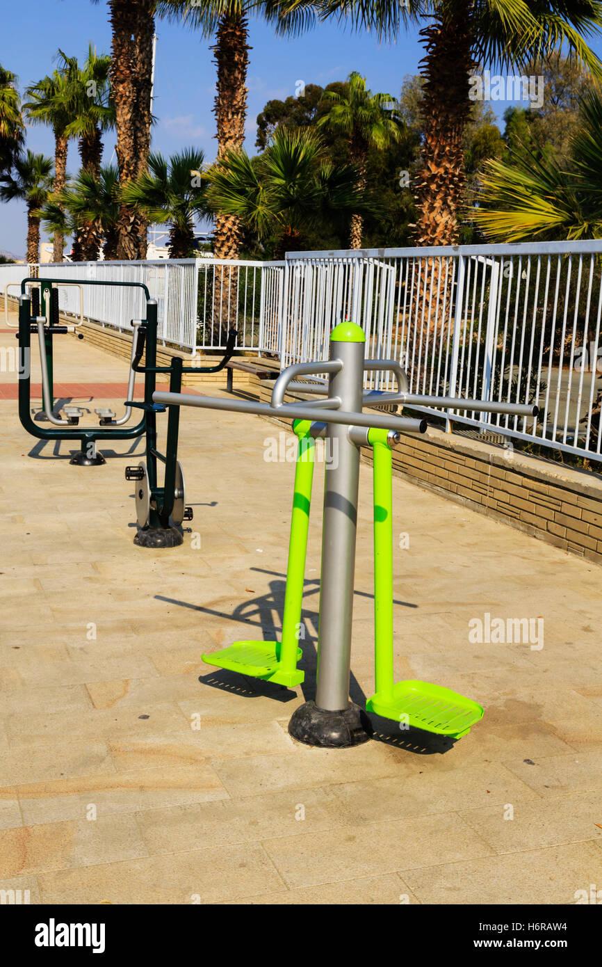 Public, les appareils d'exercice de la chaussée, Finikoudis, Larnaca, Chypre. Photo Stock