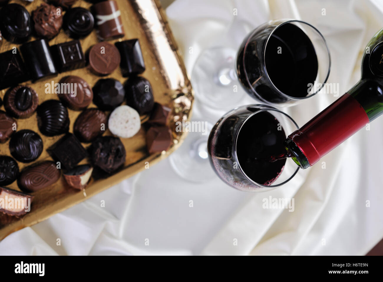 Restaurant La vie toujours présent tumbler calice en verre verre alimentaire aliment sucré bavoirs potable brunâtre brun isolé brunette Banque D'Images