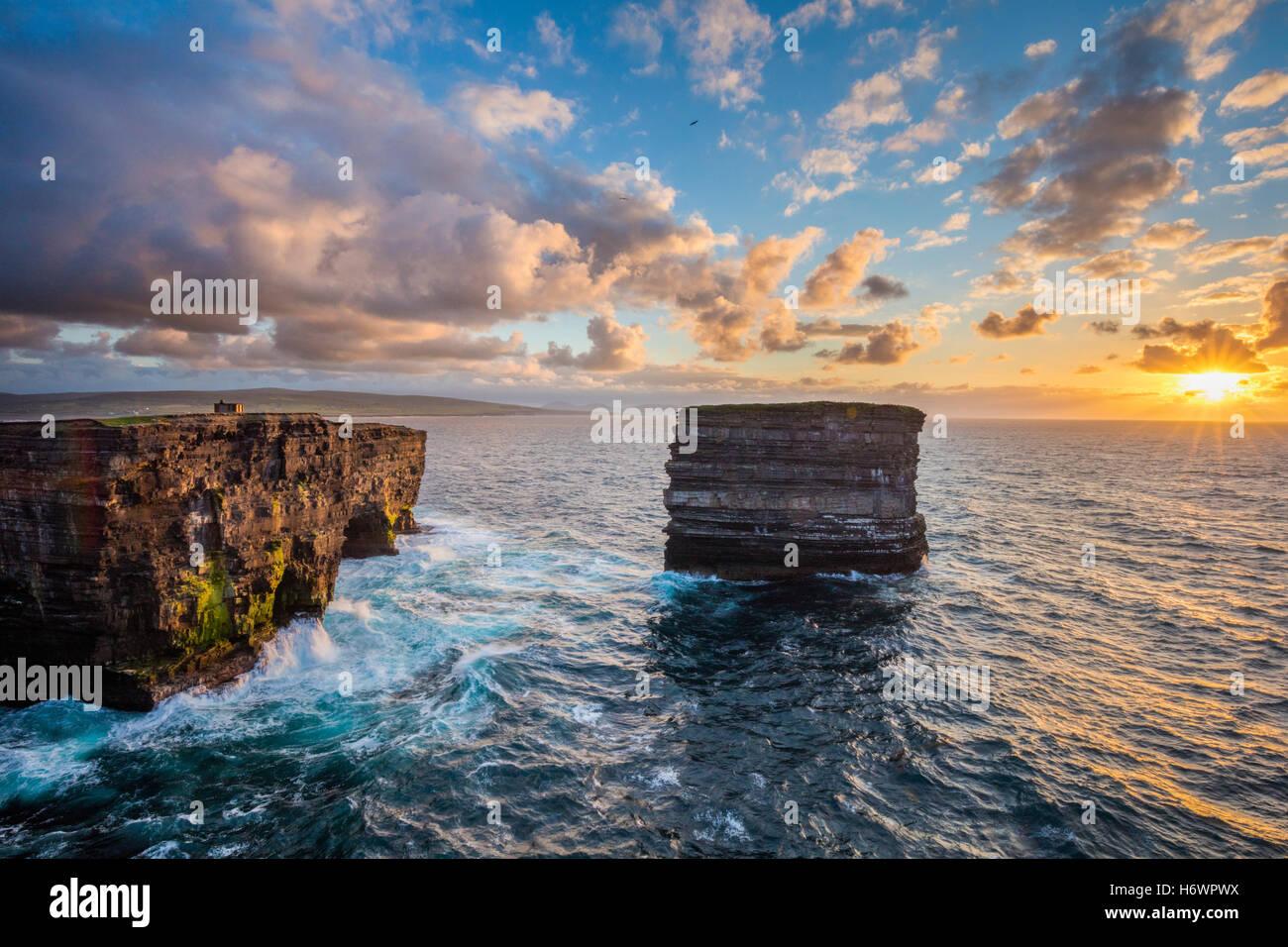 Soirée à Dun Briste, Downpatrick Head, dans le comté de Mayo, Irlande. Photo Stock