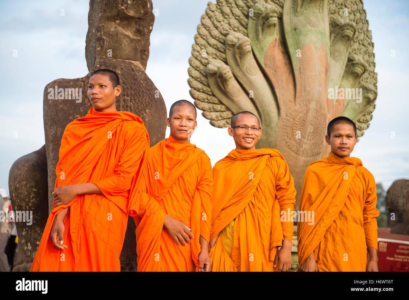 SIEM REAP, Cambodge - 30 octobre 2014: Novice moines bouddhistes en robe orange posent devant l'entrée Photo Stock