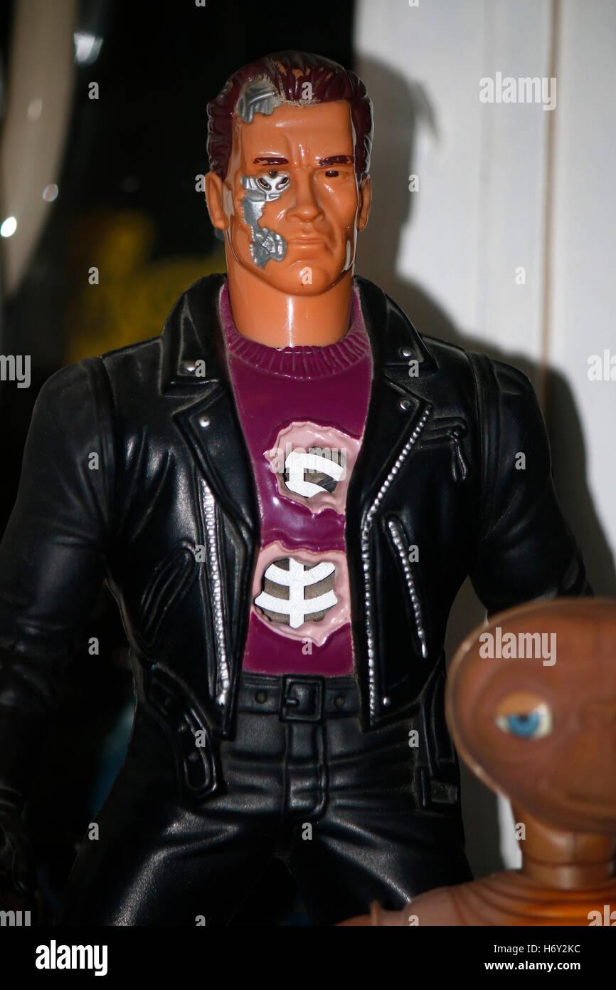 """Figure, die den von Arnold Schwarzenegger """"Terminator"""" gspielten praegarten darstellen, Berlin. Photo Stock"""