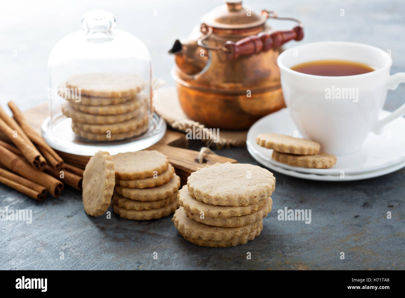 Découper des biscuits à la cannelle Photo Stock