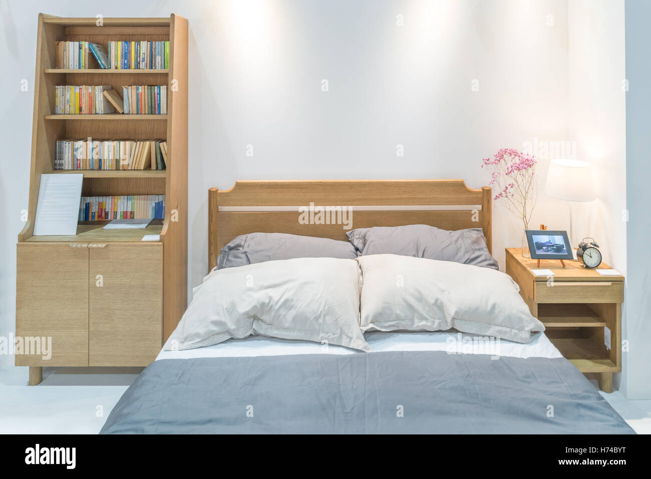 Intérieur Chambre à Coucher Moderne Avec Lit En Bois Et Bibliothèque