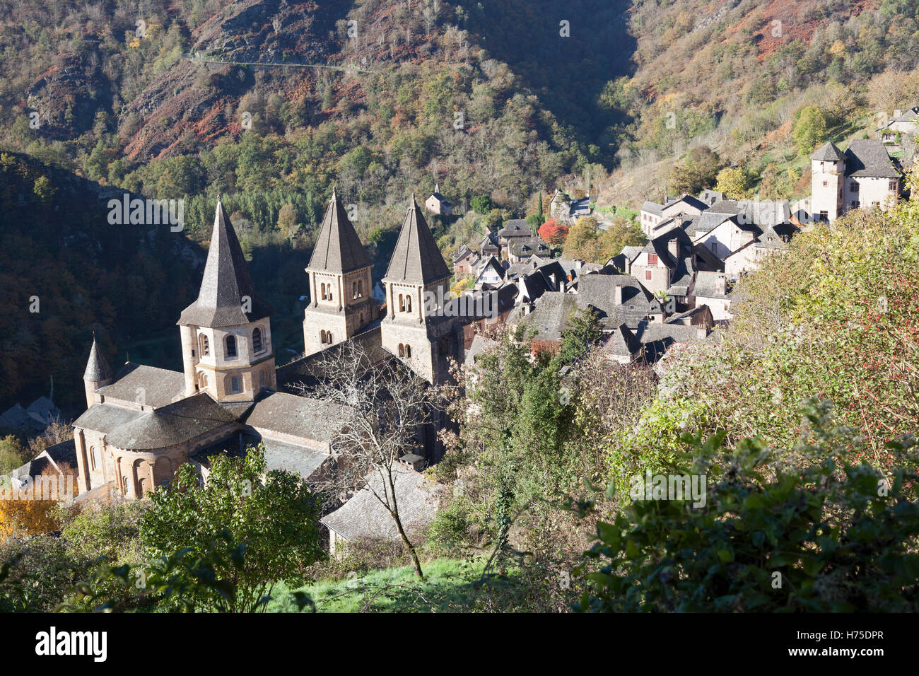 Un haut-angle shot sur le village de Conques (France) par un matin d'automne. Contre-plongée sur Conques Photo Stock