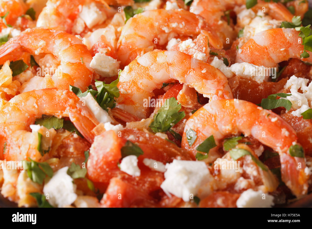 Crevettes saganaki grec macro. Arrière-plan horizontal Photo Stock