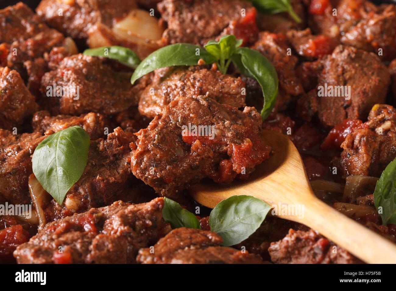 La nourriture grecque: boeuf stifado macro. Arrière-plan horizontal Photo Stock