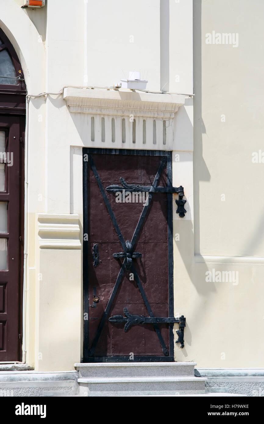 Vieilles portes en bois. Vieille porte en bois lourd Banque D\'Images ...