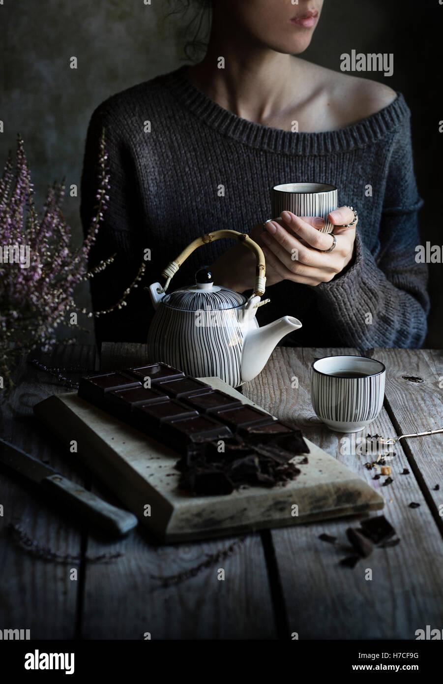L'heure du thé: Femme buvant une tasse de thé Photo Stock