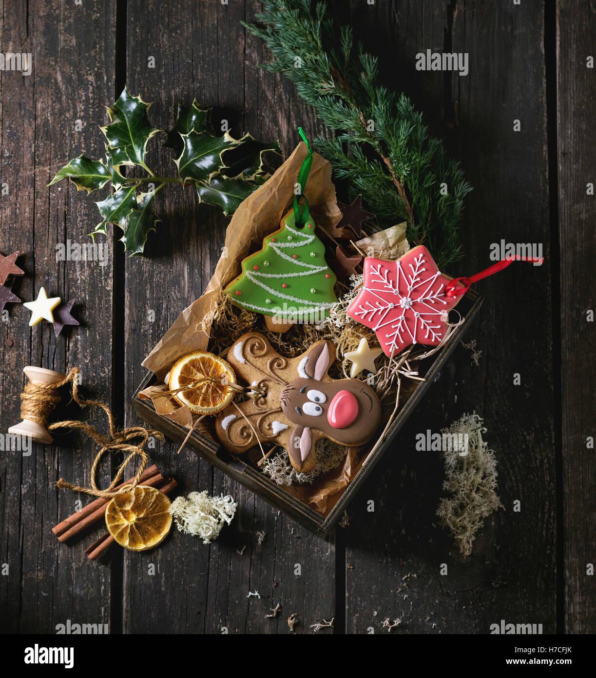 La main de Noël arbre de Noël à motifs gingerbreads comme, le renne Rudolph et formes flocon en boîte Photo Stock