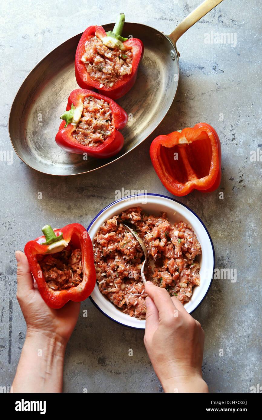 Farce aux poivrons rouge femelle avec de la viande hachée.vue d'en haut Photo Stock