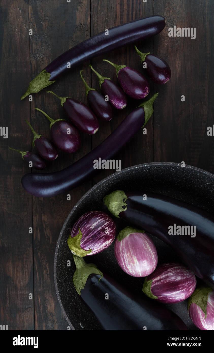 Classic, bébé, Japonais, et à rayures violet aubergines disposées sur une table en bois. Vertical Photo Stock
