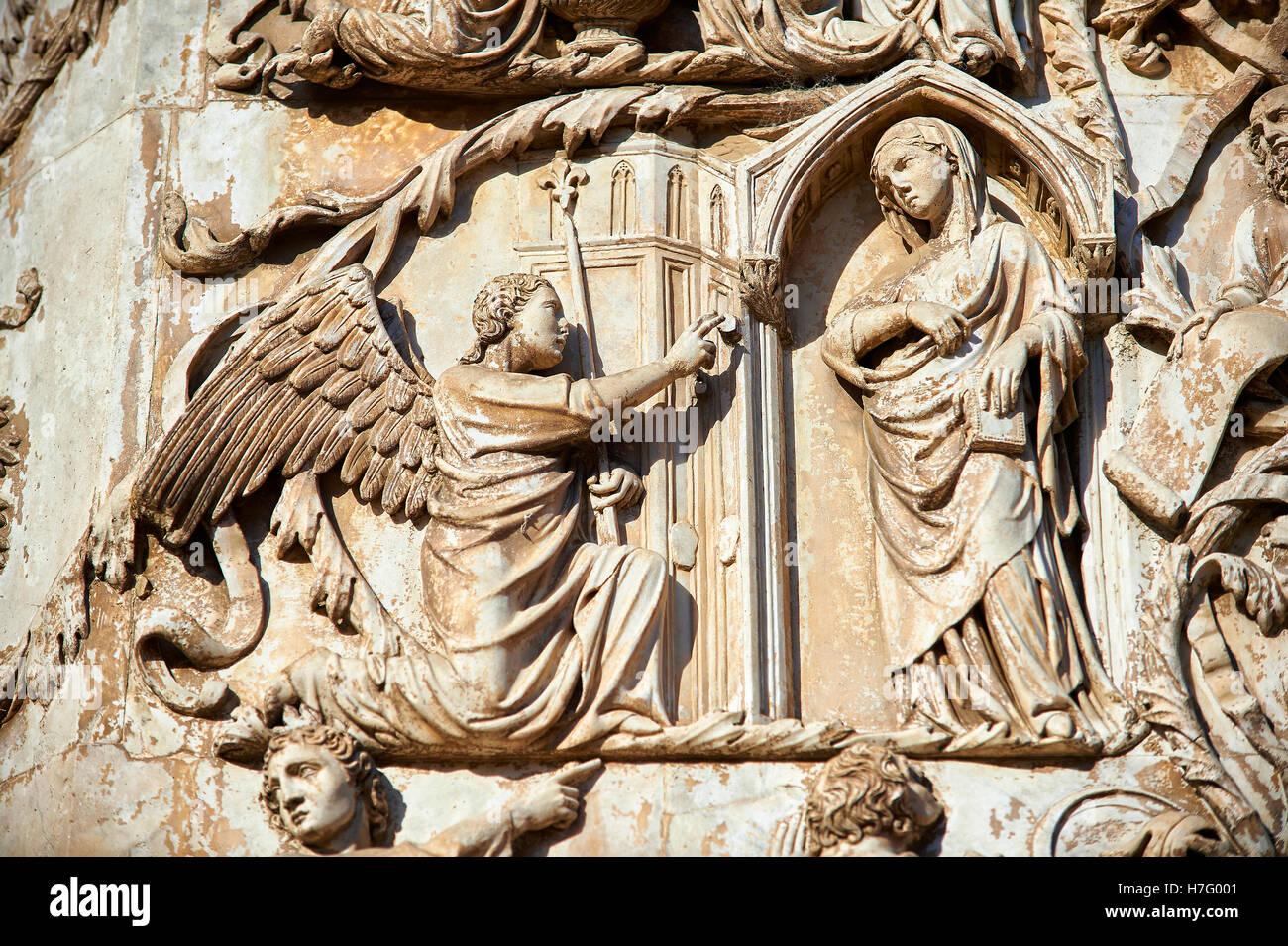Bas-relief de l'annonciation par Maitani, vers1310, façade gothique toscan, Cathédrale d'Orvieto, Photo Stock