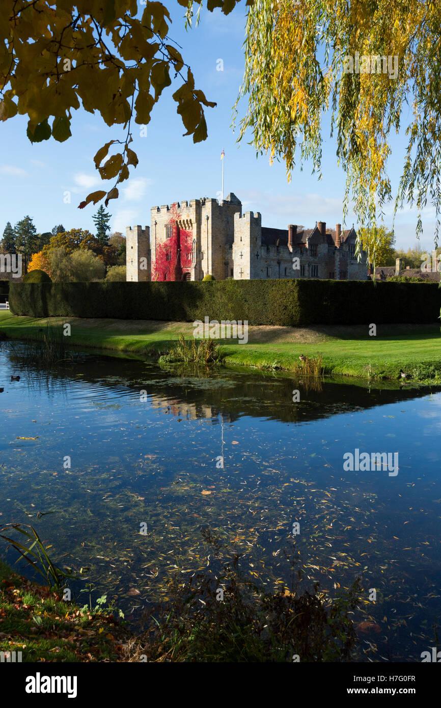 Hever Castle & moat, ancienne maison d'Anne Boleyn, doublés de vigne vierge d'automne red & Photo Stock
