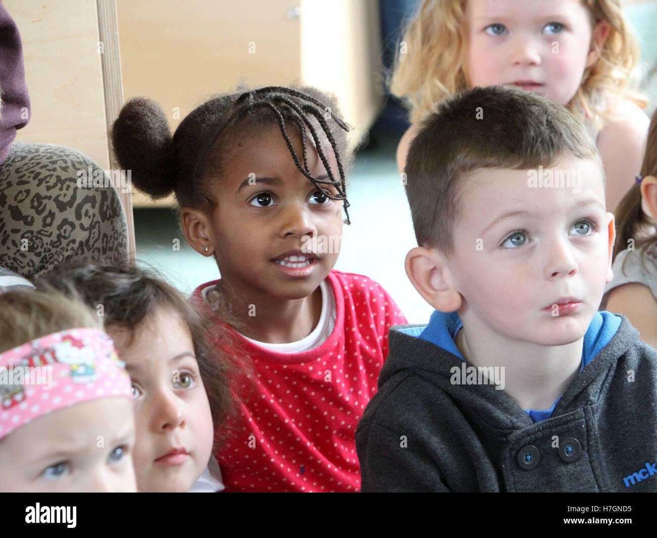Les enfants Garderie engagés et intéressés à la Banque D'Images