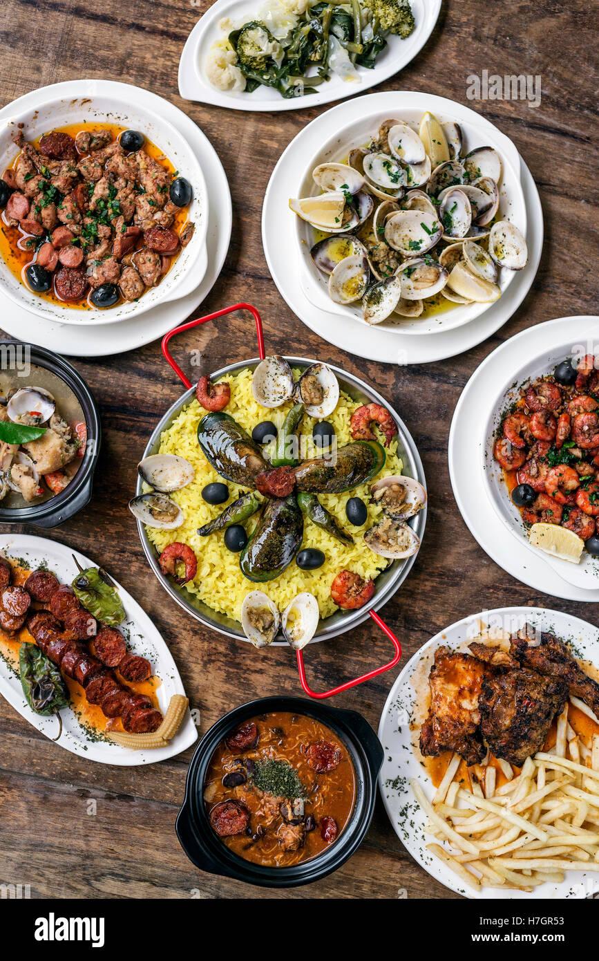 Rustique traditionnelle portugaise mélangée célèbre tapas sélection de nourriture sur la Photo Stock