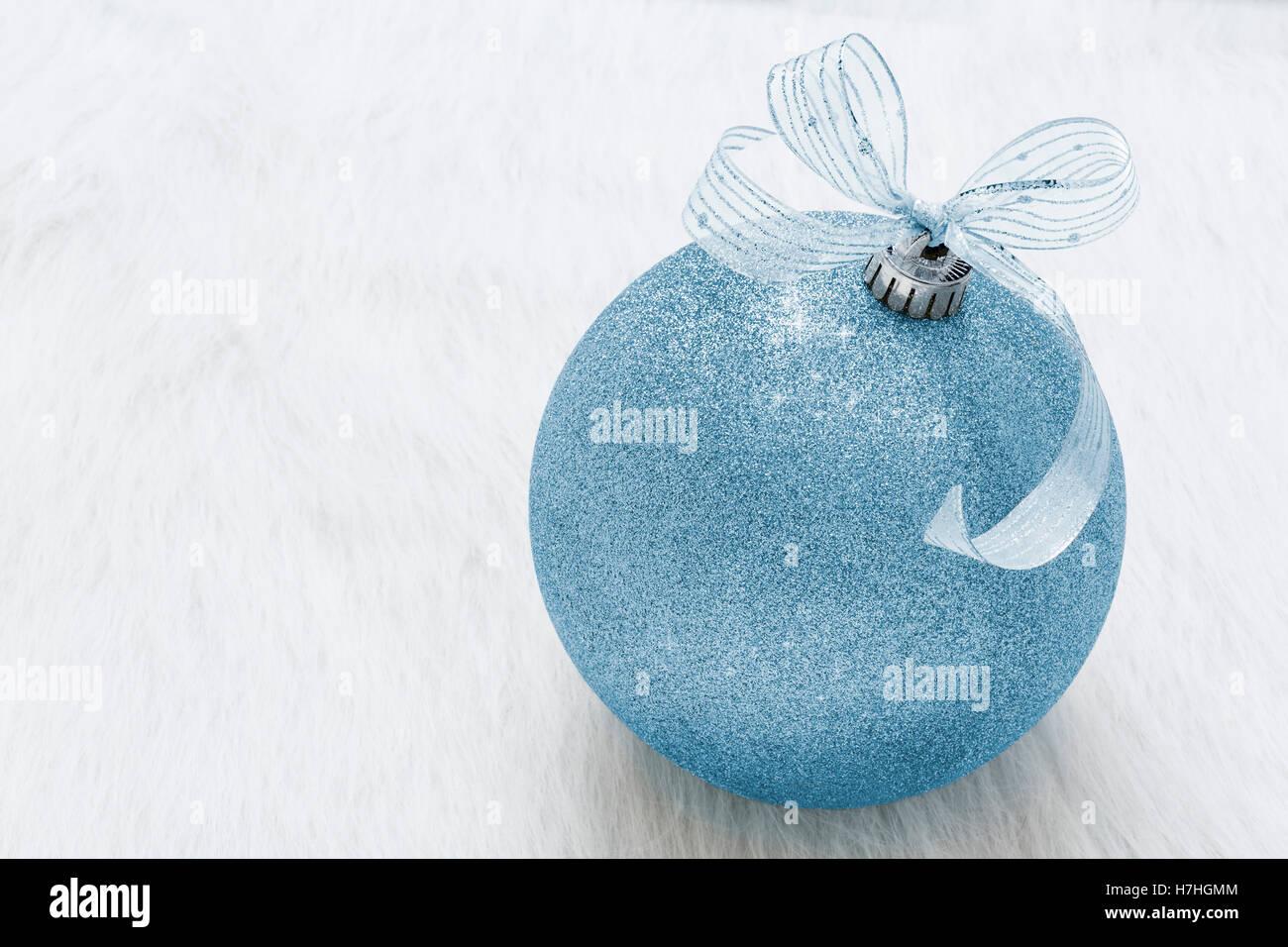 Une belle, fantaisie, parfaite, pure, brillante, noël ornement paillettes bleu sur fond blanc horizontal Photo Stock