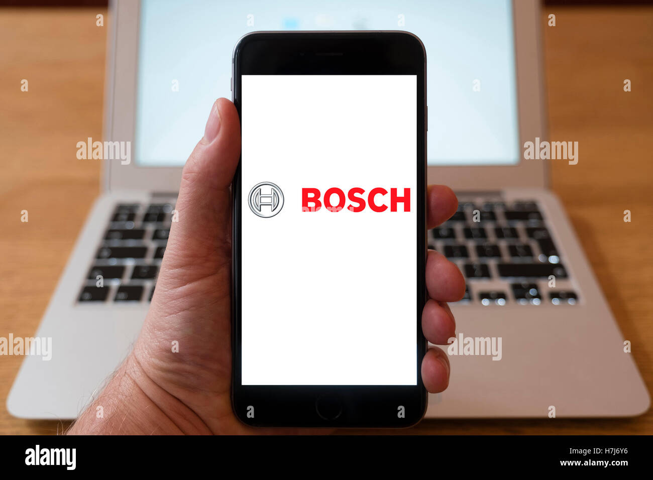 À l'aide d'iPhone smartphone pour Afficher logo de multinationales industrielles Bosch Photo Stock