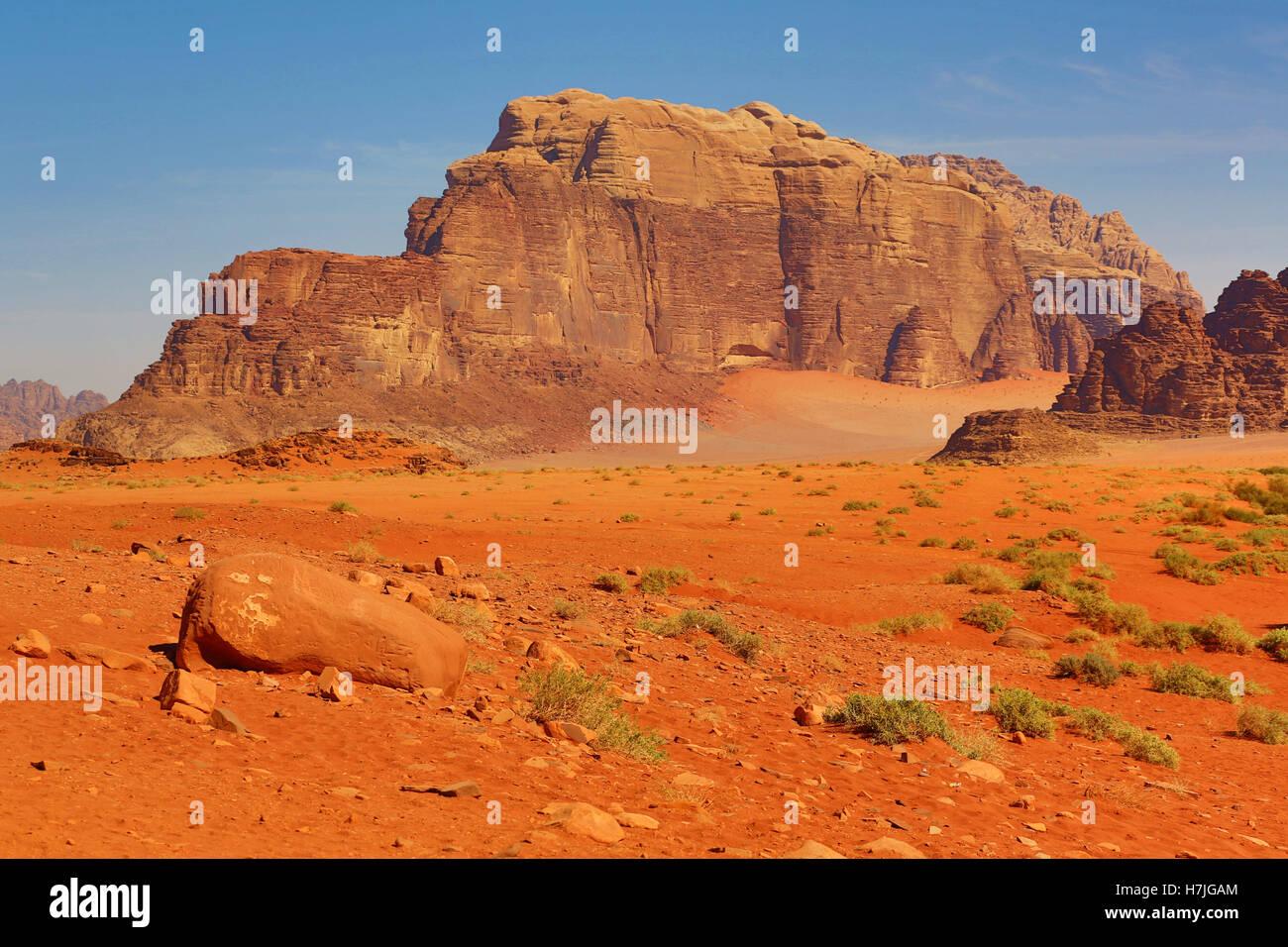 Les formations de roche dans le désert à Wadi Rum, Jordanie Photo Stock