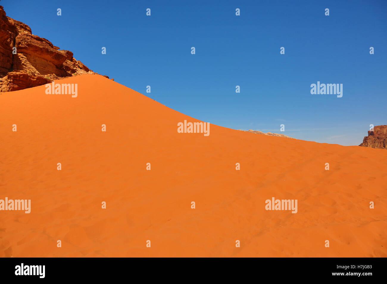 Dune de sable rouge dans le désert de Wadi Rum, Jordanie Photo Stock