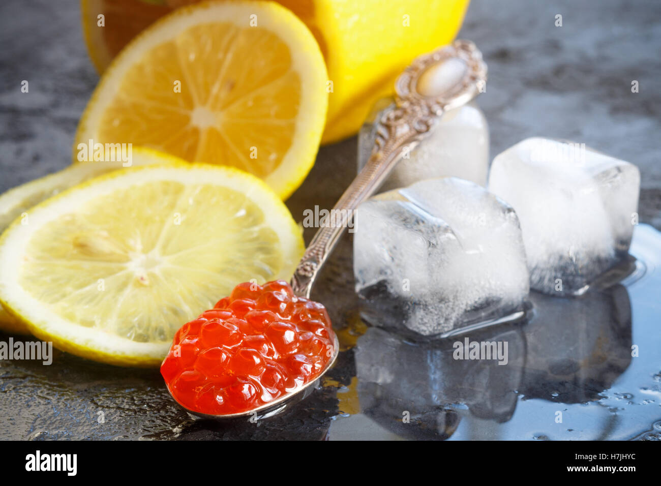 Caviar de saumon rouge et de citron. Selective focus Photo Stock