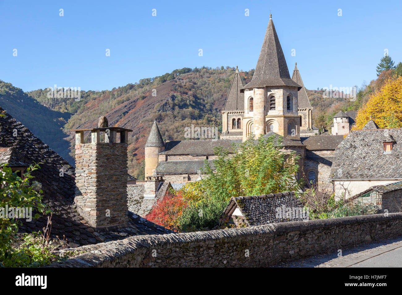 Le petit village médiéval de Conques (France). Il montre aux visiteurs son église abbatiale et regroupés Photo Stock