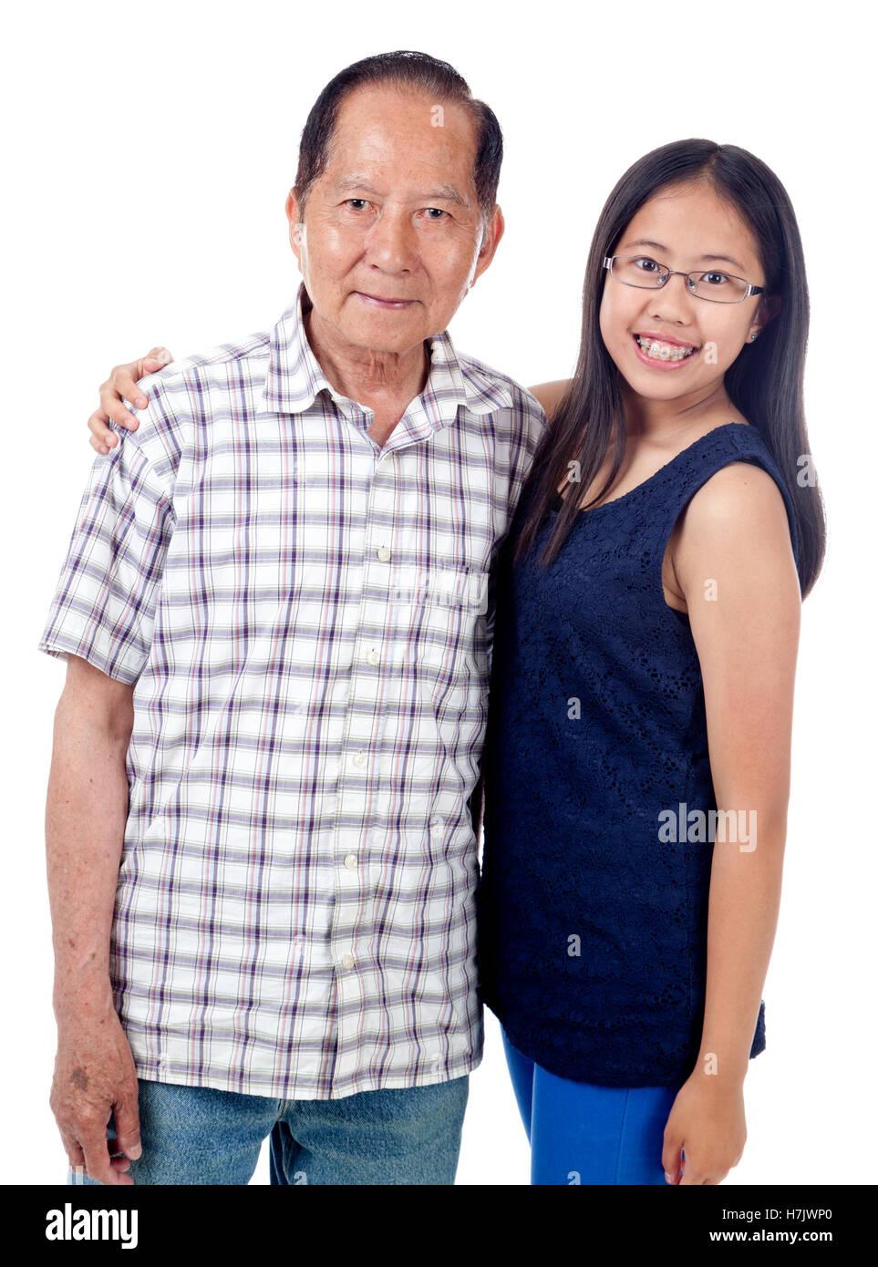 Grand-père avec happy teen petite-fille, isolé sur blanc. Photo Stock