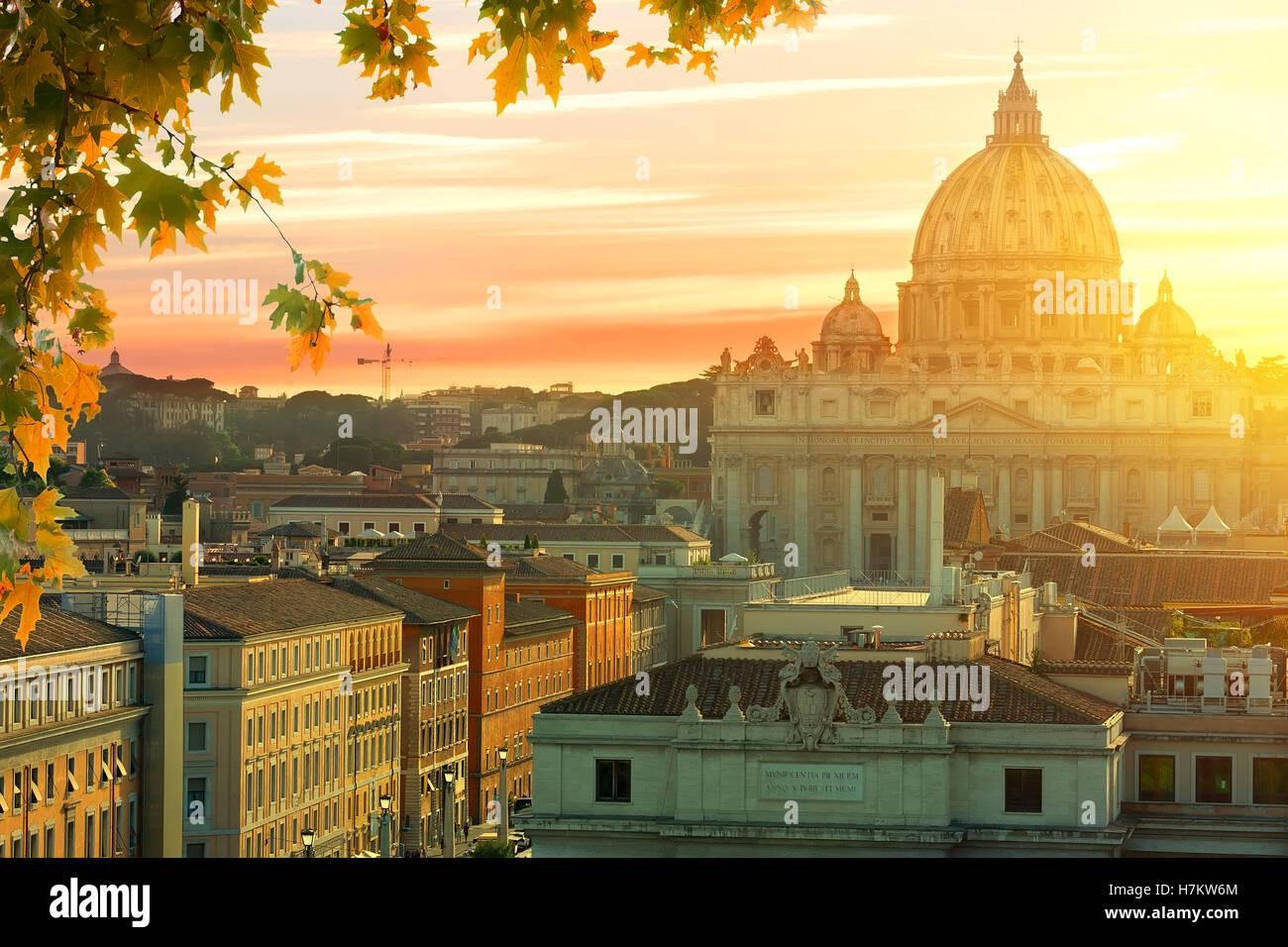 Magnifique coucher de soleil sur la Cité du Vatican en été, Italie Photo Stock