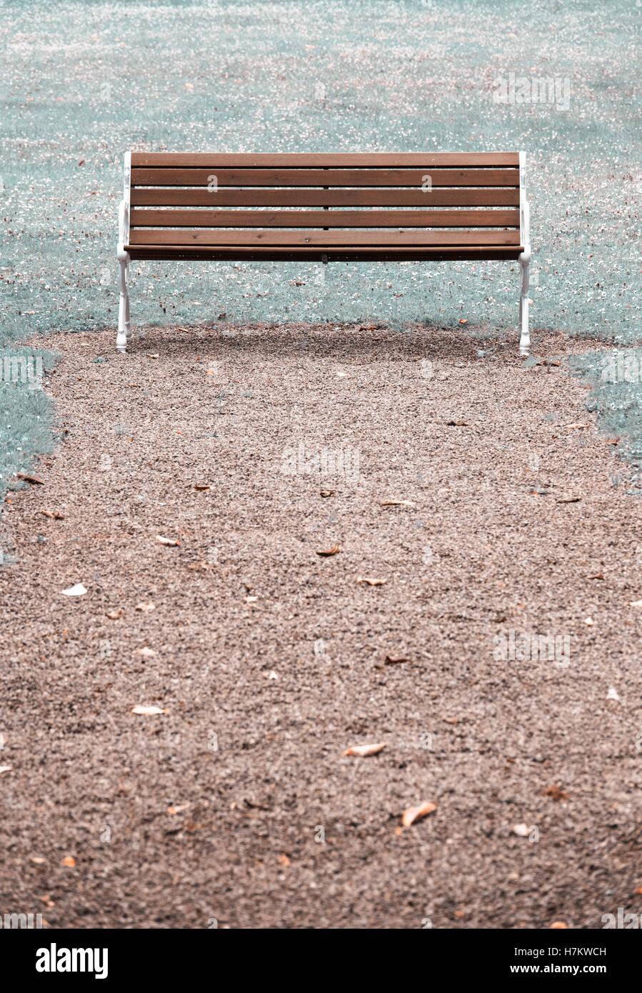 Banc de parc en bois vide. Concept d'absence, le vide et la tranquillité Banque D'Images