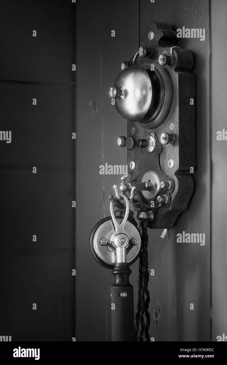 Ancienne téléphone accroché sur mur. La technologie de l'époque. Équipement de communication classique. Banque D'Images