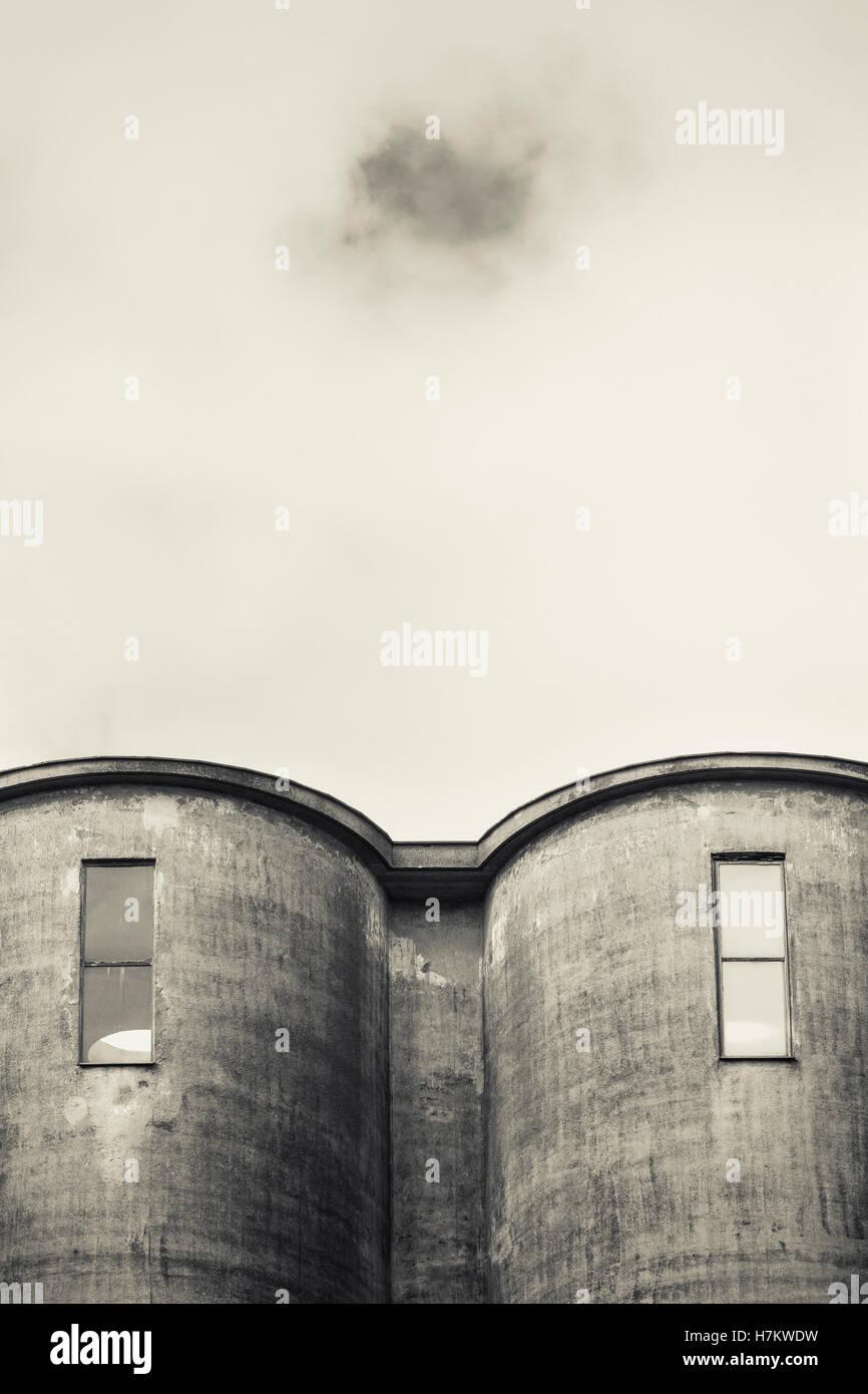 L'extérieur de l'ancien bâtiment industriel. L'architecture en béton. Usine abandonnée. Banque D'Images