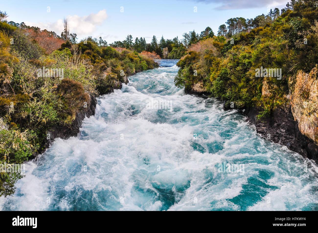 La précipitation de Wild Stream cascade de Huka près du lac Taupo, Nouvelle-Zélande Photo Stock