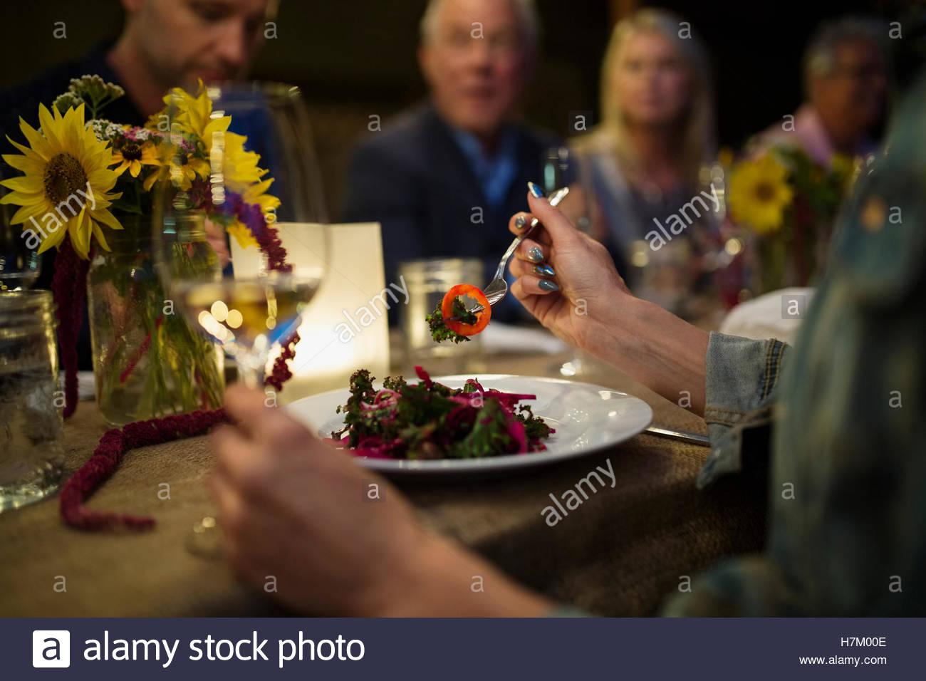 Femme mangeant à dîner en plein air aux chandelles Photo Stock