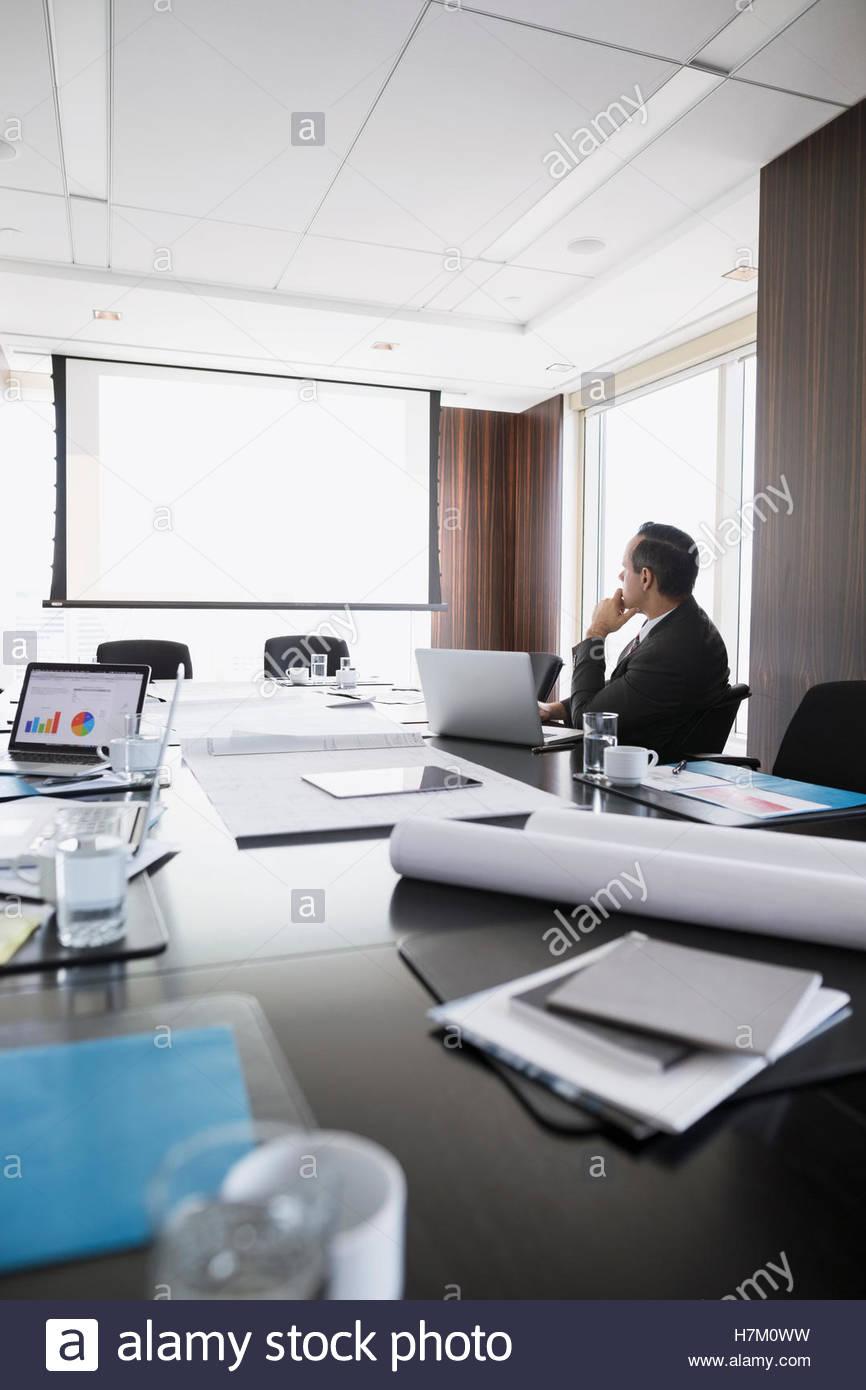 Affichage d'architecte d'un écran de projection dans la salle de conférence Photo Stock
